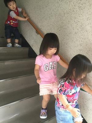 手すりを使って階段