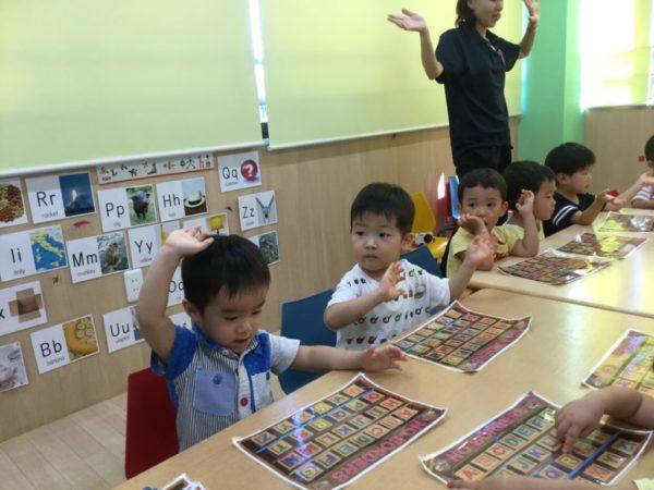 ABCソングを歌うヒッポクラスの写真