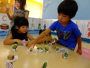 動物を動かして遊ぶ子供達