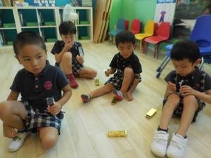 宝のチョコレートを食べる子供達
