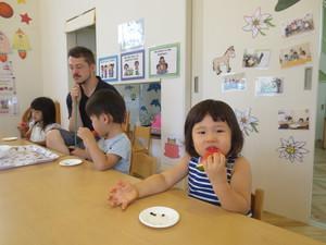 すいかを食べる子供