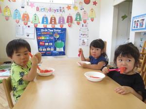 すいかを食べる子供達