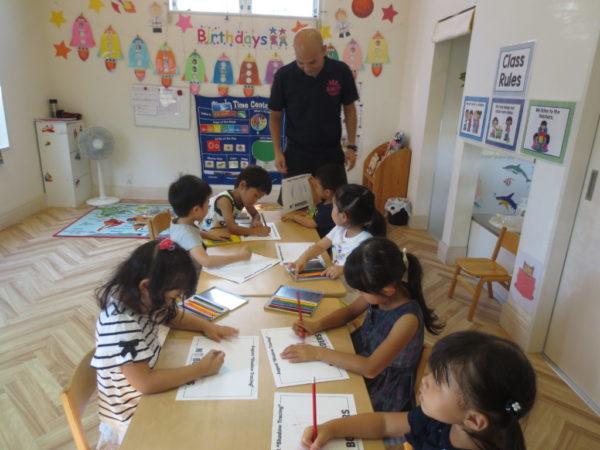 外国人講師と生徒の写真