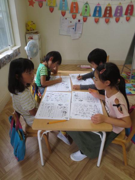 フォニックスを学ぶ子供の写真
