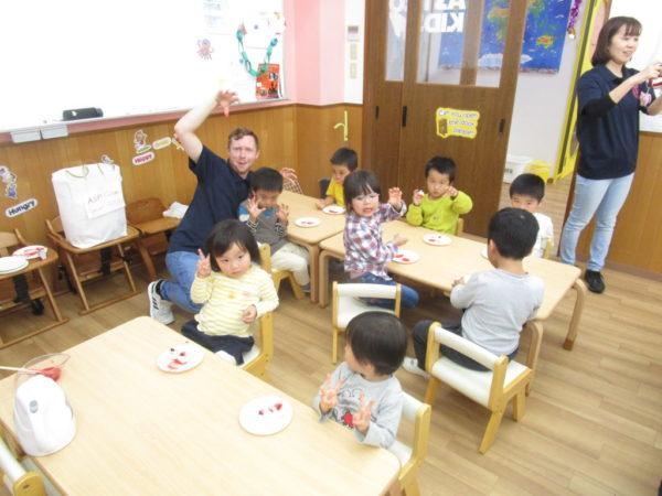 幼稚園児クラスでポーズ!