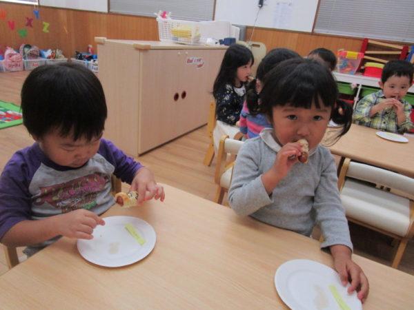 Sausege Mummyを食べているお子さま