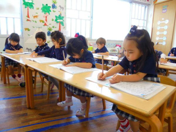 クラスで勉強している写真