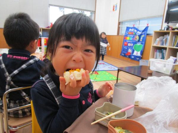 ガブリッと食べているお子さま