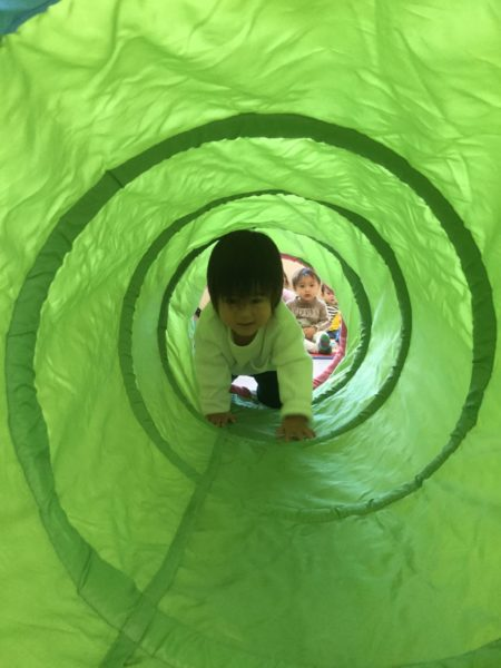 トンネル遊びの写真2