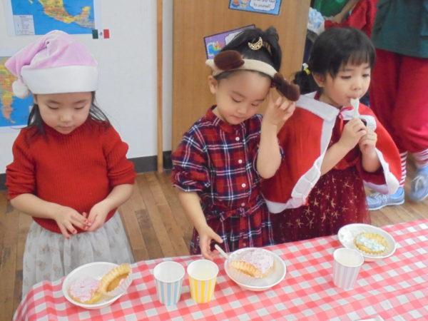 デザートを食べる写真